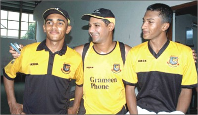 Bangladesh captain Habibul Bashar (C) is flanked by young all-rounders Mehrab Hossain (L) and Sakib Al Hasan after Mehrab's inclusion in the ICC Champions Trophy squad at the Mirpur Sher-e-Bangla National Stadium � DS