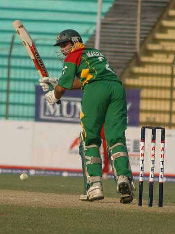 Mashrafee Bin Mortaza smashes a 26-ball 36 © TigerCricket.com