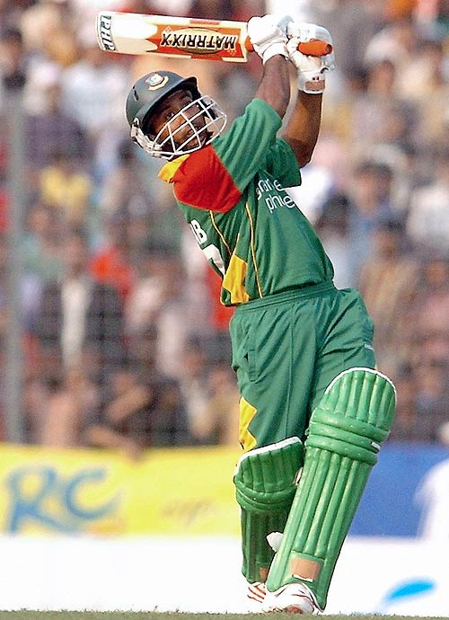 Aftab on way to match winning 58 against Zimbabwe in the 4th ODI, Dhaka, December 8, 2006. &#0169 AFP