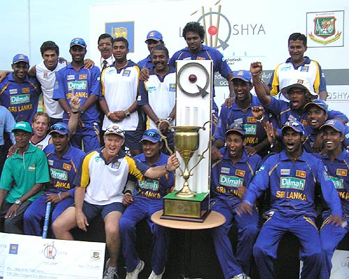 Sri Lankan players with the trophy after beating Bangladesh by 39 runs in the third ODI, Colombo, 3rd ODI