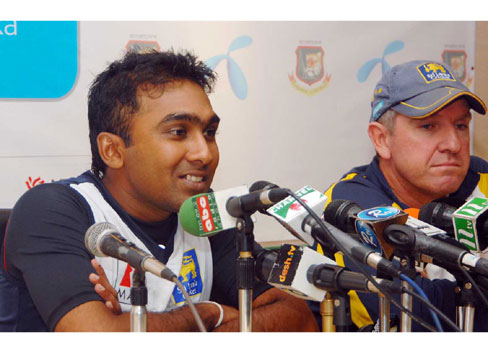 Mahela Jawawardene (L) and coach Trevor Bayliss speaking at a press conference at the SBNCS. �TigerCricket.com